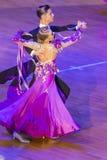 Το ζεύγος χορού εκτελεί το τυποποιημένο ευρωπαϊκό πρόγραμμα για το διεθνές WR φλυτζάνι χορού WDSF Στοκ εικόνες με δικαίωμα ελεύθερης χρήσης