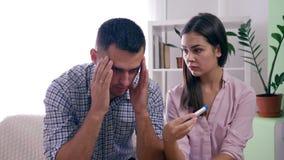 Το ζεύγος Marrieds με τη θετική δοκιμή εγκυμοσύνης έμαθε για μη σχεδιασμένο έγκυο και ανέτρεψε από τα αποτελέσματα στο φωτεινό δω απόθεμα βίντεο