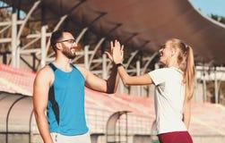 Το ζεύγος Sportish δίνει πέντε μεταξύ τους στοκ εικόνες