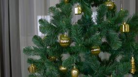 Το ζουμ μετακινείται έξω έξω στενό διαδρομής που αυξάνεται στο εσωτερικό Πράσινο χριστουγεννιάτικο δέντρο με τη χρυσή διακόσμηση  απόθεμα βίντεο