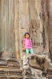 Το ζουμ στη στάση παιδιών στην είσοδο του πύργου, Angkor Wat, Siem συγκεντρώνει, Καμπότζη Στοκ εικόνες με δικαίωμα ελεύθερης χρήσης