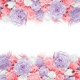 Το ζωηρόχρωμο έγγραφο ανθίζει το υπόβαθρο Floral σκηνικό με τα χειροποίητα τριαντάφυλλα για τη ημέρα γάμου ή τα γενέθλια Στοκ Εικόνες