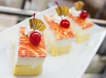 Το ζωηρόχρωμο βαλμένο σε στρώσεις κέικ γενεθλίων φετών που διακοσμείται με ψεκάζει Στοκ εικόνες με δικαίωμα ελεύθερης χρήσης