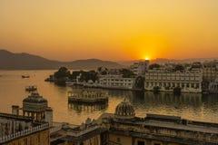 Το ζωηρόχρωμο ηλιοβασίλεμα επάνω από την αρχιτεκτονική και η λίμνη ποτίζουν σε Udaipur, Rajasthan, Ινδία στοκ φωτογραφία με δικαίωμα ελεύθερης χρήσης