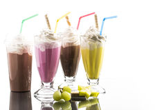 Το ζωηρόχρωμο καλοκαίρι milkshake με παίρνει μαζί την αντανάκλαση πνεύματος φλυτζανιών Στοκ φωτογραφίες με δικαίωμα ελεύθερης χρήσης