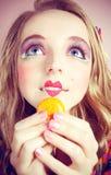 το ζωηρόχρωμο κορίτσι αγ&alph Στοκ Εικόνες