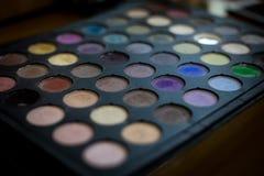 Το ζωηρόχρωμο μάτι σκιάζει τα επαγγελματικά καλλυντικά παλετών για τη δημιουργία του σύγχρονου makeup πολύχρωμη παλέτα σκιών ματι στοκ εικόνα