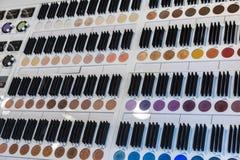 Το ζωηρόχρωμο μάτι σκιάζει τα καλλυντικά εσωτερικά στην αρωματοποιία Στοκ Εικόνες