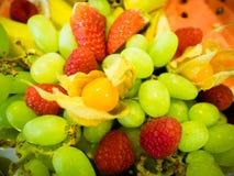 Το ζωηρόχρωμο πιάτο φρούτων Στοκ εικόνα με δικαίωμα ελεύθερης χρήσης