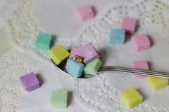 το ζωηρόχρωμο πρόχειρο φαγητό σπασιμάτων μηνυμάτων sugarcubes teatime πίνει τα τρόφιμα Στοκ φωτογραφία με δικαίωμα ελεύθερης χρήσης