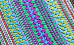Το ζωηρόχρωμο στενό επάνω εκλεκτής ποιότητας ύφασμα επιφάνειας κουβερτών ύφους της Ταϊλάνδης αποτελείται από το hand-woven ύφασμα στοκ εικόνα