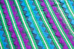 Το ζωηρόχρωμο στενό επάνω εκλεκτής ποιότητας ύφασμα επιφάνειας κουβερτών ύφους της Ταϊλάνδης αποτελείται από το hand-woven ύφασμα Στοκ εικόνα με δικαίωμα ελεύθερης χρήσης
