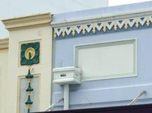 Το ζωηρόχρωμο Art Deco χαρακτηρίζει σε ένα εξωτερικό οικοδόμησης Στοκ Εικόνες