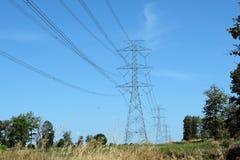 Το ηλεκτροφόρο καλώδιο περνά τον τρόπο στο αγρόκτημα στην Ταϊλάνδη Στοκ φωτογραφία με δικαίωμα ελεύθερης χρήσης