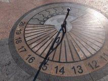 Το ηλιακό ρολόι γρανίτη στη Σεβαστούπολη παρουσιάζει 15 ώρες Καλοκαίρι ηλιόλουστη DA στοκ φωτογραφίες με δικαίωμα ελεύθερης χρήσης