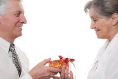 Το ηλικιωμένο άτομο δίνει μια κυρία Στοκ φωτογραφία με δικαίωμα ελεύθερης χρήσης