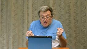 Το ηλικιωμένο άτομο είναι, επειδή δεν μπορεί να χρησιμοποιήσει μια ταμπλέτα απόθεμα βίντεο