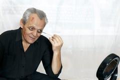 Το ηλικιωμένο άτομο με ένα χαμόγελο προετοιμάζεται για αποκριές στοκ φωτογραφία με δικαίωμα ελεύθερης χρήσης