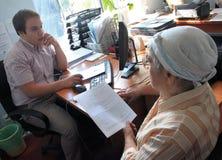Το ηλικιωμένο άτομο τακτοποιείται για την εργασία Στοκ εικόνα με δικαίωμα ελεύθερης χρήσης