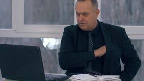Το ηλικιωμένο άτομο ψωνίζει on-line, επιχειρηματίας με την πιστωτική κάρτα σε ένα lap-top χρήσεων χεριών και έπειτα υπολογιστής σ φιλμ μικρού μήκους