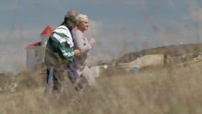 Το ηλικιωμένο ζεύγος τρέχει από κοινού απόθεμα βίντεο
