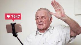Το ηλικιωμένο amn με το ραβδί και τη κάμερα selfie που μεταδίδονται ζωντανά και που λαμβάνουν πολλοί συμπαθεί, προερχόμενο από ιό απόθεμα βίντεο