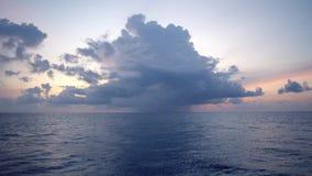 Το ηλιοβασίλεμα, θάλασσα, ο ήλιος καλύπτεται με τα σύννεφα Ανοικτή ωκεάνια άποψη φιλμ μικρού μήκους