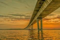 Το ηλιοβασίλεμα κάτω από τη γέφυρα της Mary πριγκηπισσών κορωνών στοκ εικόνες