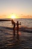 το ηλιοβασίλεμα κολυμ Στοκ Εικόνες