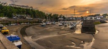 Το ηλιοβασίλεμα πέρα από το λιμάνι Saundersfoot, Ουαλία είδε από τη λιμενική είσοδο Στοκ εικόνα με δικαίωμα ελεύθερης χρήσης