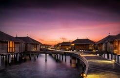 Το ηλιοβασίλεμα πέρα από το νερό κατοικεί στις Μαλδίβες Στοκ φωτογραφίες με δικαίωμα ελεύθερης χρήσης