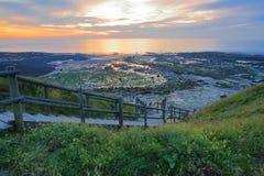 Το ηλιοβασίλεμα σε Pointe aux Oies κοντά σε Wimereux με την παραλία Ambleteuse στο υπόβαθρο, υπόστεγο δ ` Opale, Pas-de-Calais, H Στοκ Εικόνα