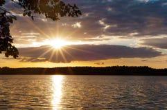 Το ηλιοβασίλεμα στη θάλασσα, τα κύματα κτύπησε ενάντια στον κυματοθραύστη, η θάλασσα στην αυγή, τα σκάφη στον ορίζοντα Στοκ Εικόνα