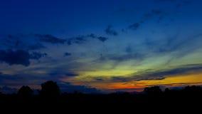 Το ηλιοβασίλεμα όμορφο στο χρώμα ουρανού και το δέντρο σκιαγραφιών με τον ποταμό απεικονίζουν το ζωηρόχρωμο χρόνο λυκόφατος τοπίω στοκ φωτογραφία με δικαίωμα ελεύθερης χρήσης