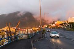 Το ηλιοβασίλεμα Tenerife, Ισπανία διαδίδει το μαλακό πορφυρό φως του στον ωκεανό, τα βουνά και τα σπίτια Στοκ φωτογραφία με δικαίωμα ελεύθερης χρήσης