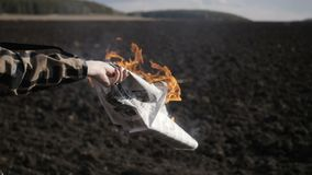 Το ημίγυμνο κορίτσι καίει την εφημερίδα απόθεμα βίντεο