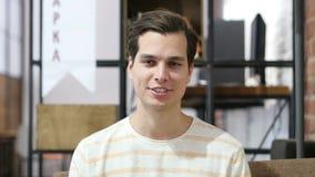 το δημιουργικό άτομο σε ένα γραφείο, συζητά ένα πρόγραμμα φιλμ μικρού μήκους