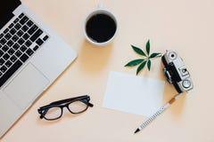 Το δημιουργικό επίπεδο βάζει τη φωτογραφία του γραφείου χώρου εργασίας στοκ εικόνες