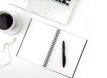 Το δημιουργικό επίπεδο βάζει τη φωτογραφία του γραφείου χώρου εργασίας με το lap-top, Στοκ Φωτογραφίες