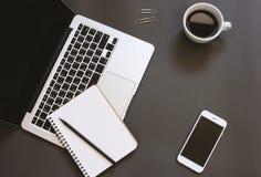 Το δημιουργικό επίπεδο βάζει το σχέδιο του γραφείου χώρου εργασίας με το lap-top στοκ εικόνες