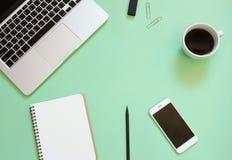 Το δημιουργικό επίπεδο βάζει το σχέδιο του γραφείου χώρου εργασίας Στοκ φωτογραφίες με δικαίωμα ελεύθερης χρήσης