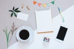 Το δημιουργικό επίπεδο βάζει το σχέδιο του χαριτωμένου γραφείου χώρου εργασίας στοκ εικόνες