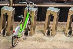Το δημόσιο πράσινο πρόγραμμα ποδηλάτων για το μίσθωμα παρέχει τους κατοίκους και Στοκ Φωτογραφία