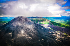 Το ηφαίστειο με τα σύννεφα, Ρωσία, Kamchatka Στοκ φωτογραφία με δικαίωμα ελεύθερης χρήσης