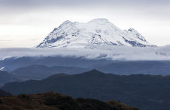 Το ηφαίστειο Antisana όπως βλέπει από τα καυτά ελατήρια Papallacta στον Ισημερινό Στοκ Εικόνες
