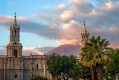 Το ηφαίστειο EL Misti αγνοεί την πόλη Arequipa στο νότιο Περού Στοκ Εικόνες