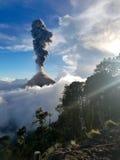 Το ηφαίστειο Fuego εκρήγνυται στοκ φωτογραφίες