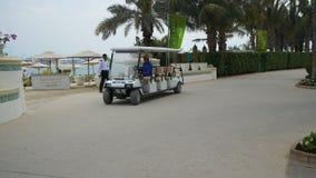 Το ηλεκτρικό αυτοκίνητο τουριστών πηγαίνει στο ξενοδοχείο απόθεμα βίντεο