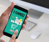 Το ηλεκτρονικό εμπόριο προσθέτει στο κάρρο που το σε απευθείας σύνδεση κατάστημα διαταγής αγοράζει το σε απευθείας σύνδεση paym κ στοκ φωτογραφία