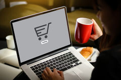 Το ηλεκτρονικό εμπόριο προσθέτει στο κάρρο που το σε απευθείας σύνδεση κατάστημα διαταγής αγοράζει τη σε απευθείας σύνδεση πληρωμ στοκ εικόνα με δικαίωμα ελεύθερης χρήσης